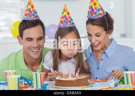 Kleine Mädchen ihre Kerzen ausblasen - Stockfoto