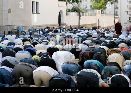 Muslime beten außerhalb der großen Moschee von Paris auf Eid al-Fitr Festival, Paris, Frankreich, Europa - Stockfoto