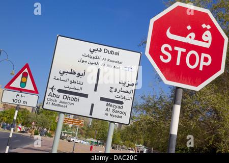 Verkehrsschilder, Al Ain, Abu Dhabi, Vereinigte Arabische Emirate, Naher Osten - Stockfoto