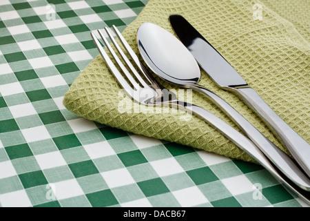 vintage messer und gabel auf eine serviette mit basilikum stockfoto bild 169335553 alamy. Black Bedroom Furniture Sets. Home Design Ideas