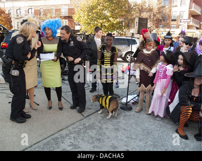 Halloween-Block party im Kensington Abschnitt von Brooklyn, NY, 2010. - Stockfoto