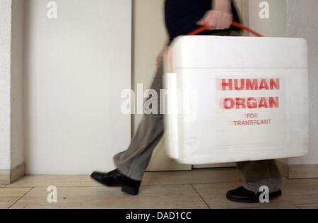 """(Dpa Datei) - eine Archiv-Bild vom 18. Februar 2005, zeigt ein Mitglied des Personals von der """"Deutschen Stiftung - Stockfoto"""