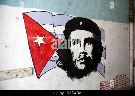 Wandbild von Che Guevara und Kuba, Westindische Inseln, zentralamerikanischen Flagge gemalt auf einer Wand, Havanna, - Stockfoto