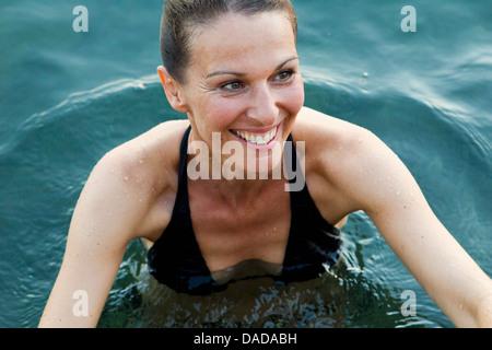 Frau im Meer - Stockfoto