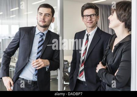 Geschäftsleuten stehen im Büro - Stockfoto