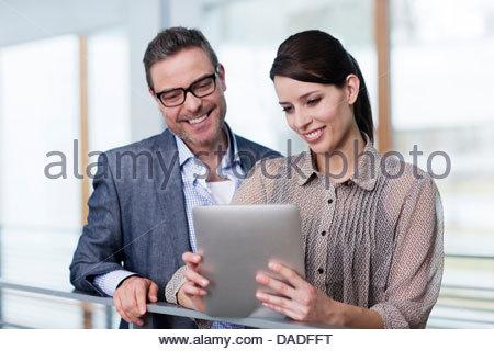 Mann und Frau betrachten digital-Tablette - Stockfoto
