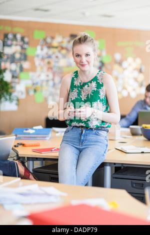 Junge Frau in Kreativbüro, Porträt - Stockfoto