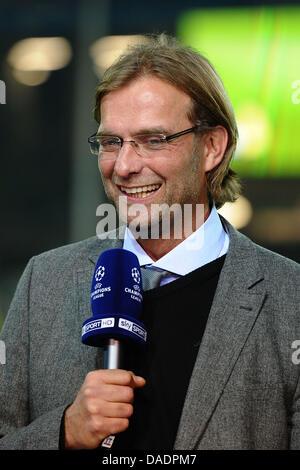 Dortmunds Cheftrainer Jürgen Klopp gibt ein Interview vor dem Champions-League-Spiel zwischen Borussia Dortmund - Stockfoto