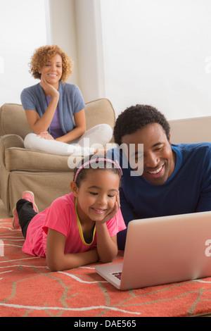 Vater und Tochter im Stock mit laptop - Stockfoto