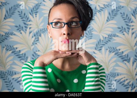 Retro-Style Portrait Frau mit Händen mit Kinn - Stockfoto