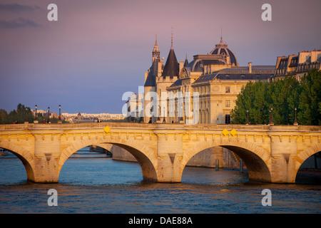 Einstellen von Sonnenlicht über Seine, Pont Neuf und die Conciergerie, Paris Frankreich - Stockfoto