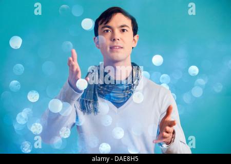 Porträt des jungen Mann mit blauen Pullover und Schal - Stockfoto