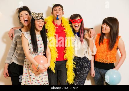 Freunde auf einer Party mit Ballons, Studio gedreht - Stockfoto