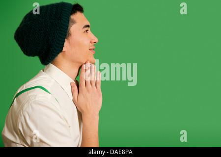 Porträt des jungen Mann mit Mütze stricken - Stockfoto