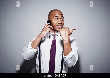 Studio-Porträt der Geschäftsmann auf Handy - Stockfoto