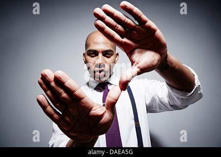 Studio-Porträt der Geschäftsmann mit übertriebenen Händen - Stockfoto