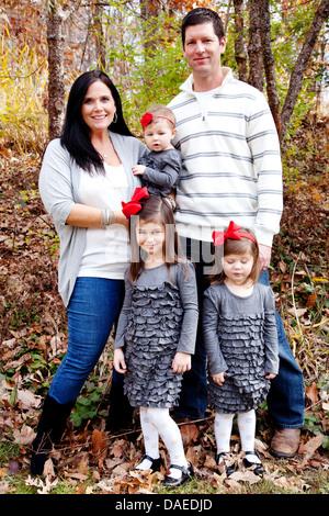 Familie mit drei Töchtern im Park, Porträt - Stockfoto