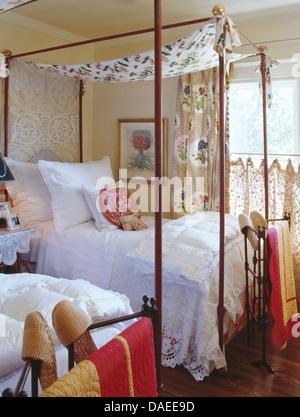 romantische schlafzimmer landhausstil, zwei einfache metall schlafzimmereinrichtungen betten mit weißen, Design ideen