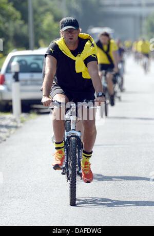 Bad Ragaz, Schweiz. 12. Juli 2013. Dortmunds Trainer Juergen Klopp Zyklen zu einer Trainingseinheit am Morgen im - Stockfoto