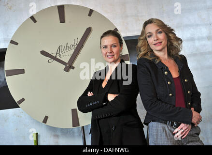 """Deutsche Schauspielerinnen Katharina Böhm (L) und Aglaia Szyszkowitz posieren am Set des neuen TV-Drama """"Bin Ende - Stockfoto"""
