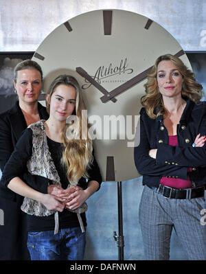 Deutsche Schauspielerinnen Katharina Böhm (L-R), Tara Fischer und Aglaia Szyszkowitz posieren am Set des neuen TV - Stockfoto