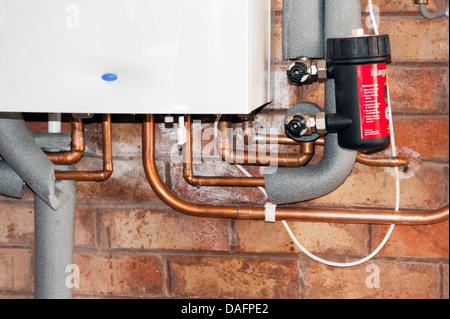Gas-Brennwertkessel für Wasser und Zentralheizung auf Küchenwand ...