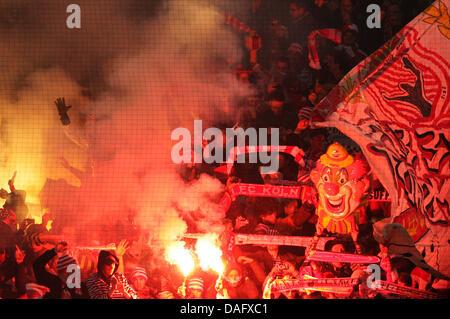 Fans von Bundesliga-Fußball-Club Köln beleuchtet Fackeln während der Bundesliga-Fußballspiel zwischen Borussia Dortmund - Stockfoto