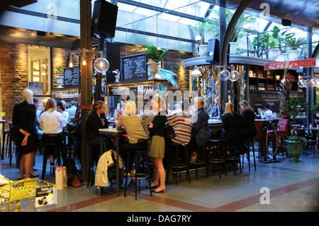 Menschen in indoor-Bar und Restaurants in Sture Gallerian am Stureplan im Zentrum von Stockholm - Stockfoto