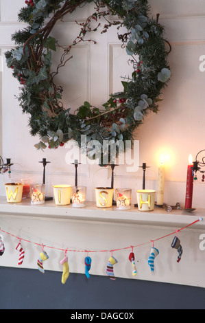 ... Efeu Und Koniferen Kranz über Dem Kamin Dekoriert Für Weihnachten Mit  Brennenden Kerzen Auf Kaminsims Und
