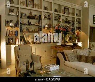 Entzuckend Sammlung Von Artefakten Auf Gebaut In Regale Hinter Creme Sessel Und  Sofa Wohnung Wohnzimmer