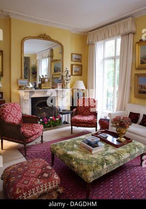wei er sessel und gelben teppich der achtziger jahre land wohnzimmer stockfoto bild 276571416. Black Bedroom Furniture Sets. Home Design Ideas