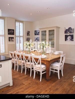 ... Weiße Stühle Bei Einfachen Holztisch In Moderne Weiße Küche Esszimmer  Mit Parkettboden Und Gerahmten Schwarz +