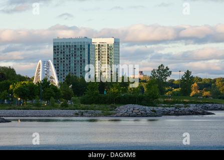 Eigentumswohnungen und Humber Bay Bridge, Toronto, Ontario, Kanada. - Stockfoto