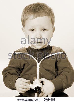 Jack & Jill Kindergarten Fotoshooting in Rushden, England Kinder Spaß haben und mit ihren Porträts Flickschusterei. - Stockfoto