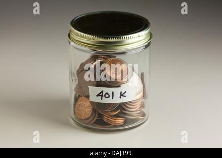 Münzen in Glas für 401 k Einsparungen - Stockfoto