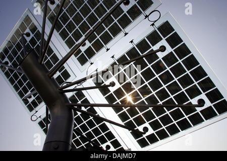 (Dpa Datei) - eine Archiv Bild, datiert 9. September 2005, zeigt der Photovoltaik-Anlage der Solartechnik Firma - Stockfoto