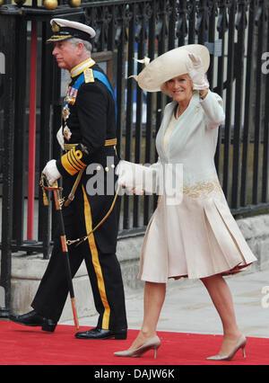 Britische Prinz Charles kommt mit Herzogin Camilla in der Westminster Abbey für die Hochzeit seines Sohnes Prinz - Stockfoto
