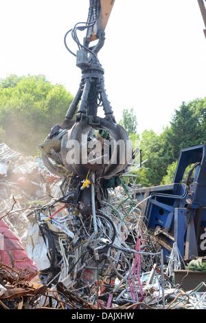 Müll vom Kran am Schrottplatz Vereinigtes Königreich bearbeitet werden - Stockfoto