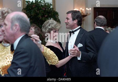 Diana, Princess of Wales Tänze mit dem Schauspieler Tom Selleck beim White House Gala Dinner 9. November 1985 in Washington, DC.