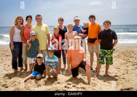 California Familiengruppen repräsentieren drei Generationen stellen an einem Sommernachmittag in Laguna Beach, Kalifornien. - Stockfoto
