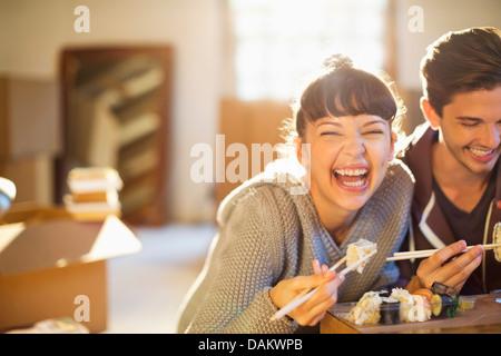 Paar Sushi gemeinsam essen - Stockfoto