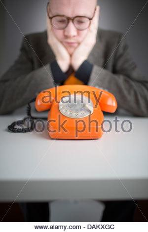 Geschäftsmann, warten auf einen Anruf - Stockfoto
