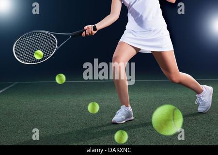 Mehrfachbelichtung des Tennisspielers Kollision Ball auf Platz - Stockfoto