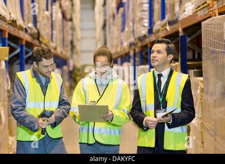 Arbeiter im Lager sprechen - Stockfoto
