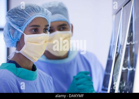 Chirurgen, die Untersuchung Röntgenstrahlen im Krankenzimmer - Stockfoto