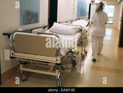 (Dpa Datei) Eine Archiv Bild, datiert 5. Mai 2007, zeigt eine Krankenschwester vorbei an einem leeren Krankenhausbett - Stockfoto