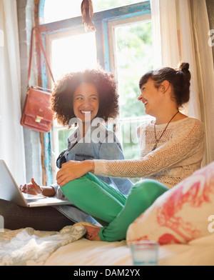 Frauen, die zusammen im Schlafzimmer entspannen - Stockfoto