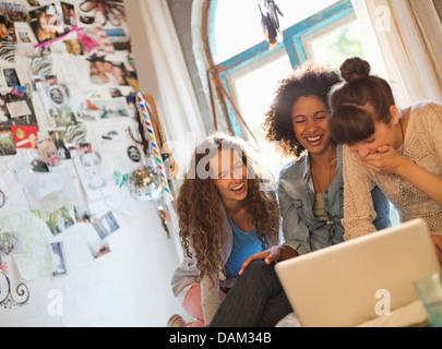 Frauen mit Laptop zusammen im Schlafzimmer - Stockfoto