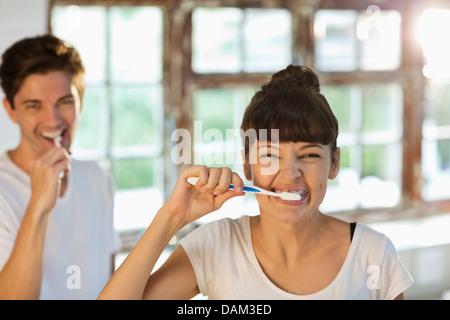 Paar zusammen Zähneputzen - Stockfoto