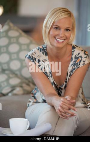 Frau, die Tasse Kaffee im Haus - Stockfoto